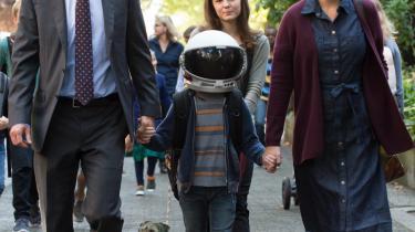 Første skoledag for lille Auggie (Jacob Tremblay), der her flankeres af far, mor og storesøster i Stephen Chboskys 'Wonder'. Foto: Nordisk Film