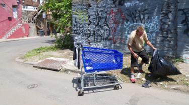 I Kensington i Philadelphia hærger opiodkrisen. Lokale narkomaner stimler blandt andet sammen ved Emerald Street også kendt som Emerald City, der her ses under en rydning i juli 2017.