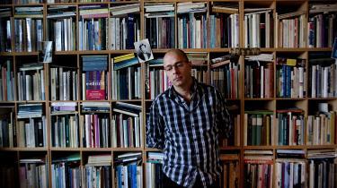 Grænsen mellem essay og digt har altid været til forhandling i Niels Franks forfatterskab. Det er også tilfældet i 'Vulkaner på månen'.