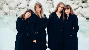 'Next To The Entire All' – det nye album fra kvartetten We like We – er først og fremmest neoklassisk musik. Men de elektroniske effekter sniger sig ind og får indimellem ganske meget plads.