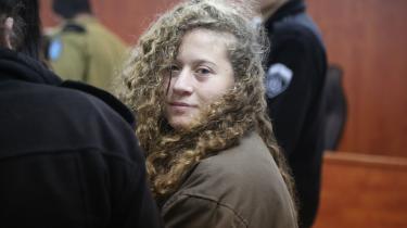 Ahed al-Tamimi blev arresteret i december måned, efter en video dukkede op, hvor man ser hende slå og sparke på en israelsk soldat. Hun tilbageholdes i varetægtsarrest, sigtet for at angribe sikkerhedsstyrkerne og kaste med sten.