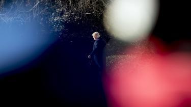 Beslutningsprocessen i Det Ovale Kontor minder om et absurdteater, hvor ingen ved, hvem der laver hvad, og ingen har en præcis defineret rolle. Resultatet, skriver Wollf, er, 'at virkeligheden ganske enkelt ikke eksisterer, medmindre Trumper til stede og ytrer sin mening'.
