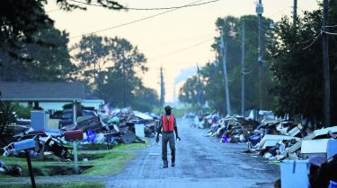 Den amerikanske klimaforsker Camille Parmesan mener, at orkanen Harvey åbnede mange menneskers øjne for, at klimaforandringerne også er noget, der vil påvirke dem selv. Parmesan er en af de forskere, der har taget imod Præsident Macrons tilbud om at forske i Frankrig frem for i USA, hvor Præsident Trumps politik ødelægger mulighederne for klimaforskning. Her ses orkanens ødelæggelser i Port Arthur, Texas.