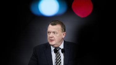 Uden at foretage sig noget som helst har venstrefløjen fået en tredobbelt sejr: Dansk Folkeparti kan ikke få gennemført dets brutale udlændingepolitik, Venstre kan ikke få gennemført dets økonomiske politik, og den borgerlige regeringkan ikke realisere dens eget regeringsgrundlag