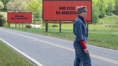 Mildred Hayes (Frances McDormand) spiller en hårdkogt, sort humoristisk og sørgende mor i filmen 'Three Billboards Outside Ebbing, Missouri'.