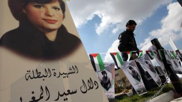 Israel og Palæstina kæmper om Dalal Mughrabis eftermæle. Mens israelerne ser hende som terrorist, er hun for palæstinenserne frihedskæmper og kvindeikon.