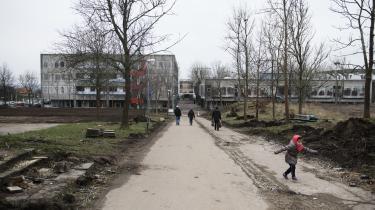 Ifølge international forskning er naboskabet og livet i ghettoen ikke nødvendigvis anderledes end i andre boligområder. Men beboere i såkaldt ghettoiserede områder er præget af, at disse i den offentlige debat omtales som dysfunktionelle problemområder, skriver antropolog Tina Gudrun Jensen. Her er vi i Gellerup i Aarhus.
