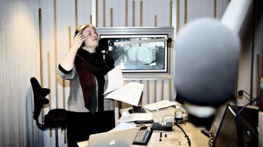 'Den toneangivende satire i Danmark er blevet mere blå,' siger Dennis Meyhoff Brink, der forsker i satire ved Københavns Universitet. 'Traditionelt har meget satire ellers snarere været rød end blå, selvom det kun er kommet indirekte til udtryk. Nu kan mere satire tolkes som borgerligt i sine præmisser. Ikke mindst Den Korte Radioavis og RokokoPosten. Især Den Korte Radioavis har været meget toneangivende de seneste år.'