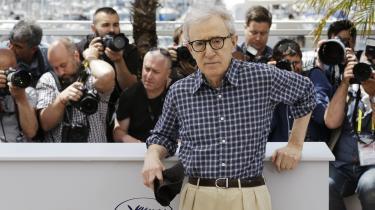 Woody Allen har gennem sin advokat bedyret sin uskyld, men ellers har filminstruktøren forholdt sig tavs, mens anklagerne mod ham har taget til. Det forlyder dog, at han snart vil reagere med en kommentar i New York Times.