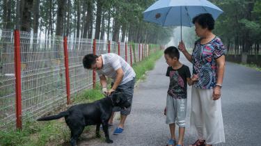 I Kina er det strafbart at blive hjemmeundervist og gå i privatskole. Alligevel har Sun Ming (tv.) valgt at sende sin søn, Sun Zixuan (midten), i en privat Rudolf Steiner Skole udenfor Beijing.