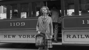 12-årige Rose (Millicent Simmonds) opsøger sin mor (Julianne Moore), en berømt skuespillerinde i New York, i den sort-hvide del af Todd Haynes' fortryllende dobbeltfortælling, 'Wonderstruck'.