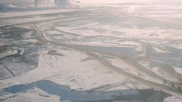 Syncrudes Mildred lake mine er en af de ældste i området. Minen åbnede i 1978 og er blevet udvidet flere gange siden da. I baggrunden ses minens opgraderingsfaciliteter, hvor oliesandet bearbejdes til noget der minder om konventionel olie.