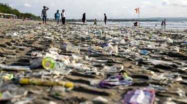 Europaparlamentariker Margrete Auken ser positivt på EU's nye plastikstrategi. 'Jeg synes sørme, det er godt. Der kommer nogle bindende krav om 2030-mål på de vigtige punker, og det er vi meget glade for,' siger hun.