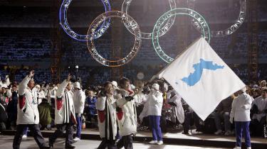 Det er ikke første gang Nord- og Sydkorea har brugt internationale sportsbegivenheder til at vise vilje til forsoning. Atleter fra de to lande marcherede under samme flag – det såkaldte Foreningsflag – ved vinter-OL i Torino i 2006 og ved de Asiatiske Vinterlege i den kinesiske by Changchun i 2007. For ti år siden.