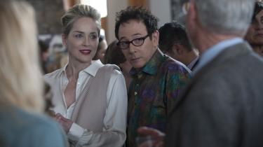Olivia Lake (Sharon Stone) er til fest med sin gode ven, JC (Paul Reubens) i Steven Soderberghs nye tv-serie, 'Mosaic'.