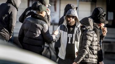 Medlemmer af gruppen Loyal To Familia (LTF) foran Københavns Byret på Nytorv i forbindelse med dom i sagen mod LFT-lederen Shuaib Khan. Folketinget bør ifølge professor i strafferet Jørn Vestergaard overveje at lave en ny lov rettet direkte mod rockere og bander med inspiration fra terrorlovgivningen.