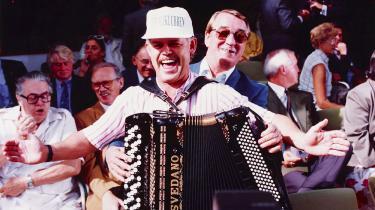 Lille Palle spillede harmonika på bl.a. Bakken. Han er kendt forklassikeren »Hængepilen« med omkvædet: »Jeg er så ked af/ den hænger nedad«. Her morer han sig med et udsnit af dansk showbiz anno 1992.