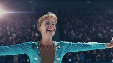 Kunstskøjteløberen Tonya Harding (Margot Robbie) er kun lykkelig, når hun befinder sig på isen og gør det, hun er god til i Craig Gillespies 'I, Tonya'.