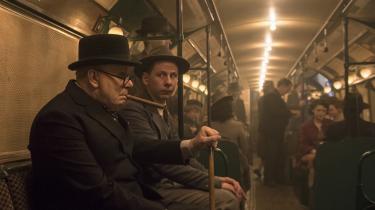 Det vækker en vis opsigt, da den nyudpegede premierminister, Winston Churchill (Gary Oldman), i Joe Wrights 'Darkest Hour' beslutter sig for at møde folket og derfor tager undergrundsbanen.
