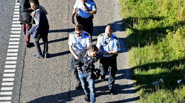 Politiken-pressefotograf blev anholdt og ført væk af politiet, da han den 9. september 2015 nægtede at forlade den sønderjyske motorvej, hvor flere hundrede flygtninge og migranter vandrede mod nord. Retten i Sønderborg konkluderede i går, at det var i orden, at Martin Lehmann trodsede politiets påbud om at forlade motorvejen.