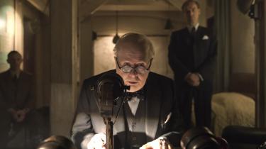 Gary Oldman spiller Winston Churchill i 'Darkest hour'.