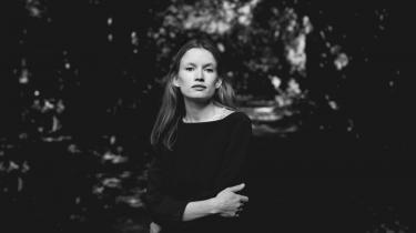 Bag de almindelige situationer i Emma Bess' noveller findes alt det usagte, som står og vibrerer mellem personerne som længslen efter en veninde, en søster eller en mor.