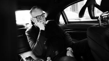 Lars Chr. Lilleholt bruger til tider køreturen i ministerbilen – der er en hybridbil, da ministerens ben ikke passede til en tesla – til at klare telefoninterview eller tage en lur.