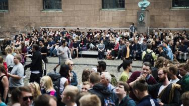Københavns Universitet har ansat en uvildig studenterambassadør for at imødegå sexchikane. Det er bl.a. sket efter, at en rustur i 2014 blev kritiseret for at være sexistisk og grænseoverskridende. De mandlige studerende blev eksemeplvis bedt om at stikke fingrene i et afkappet fårehoved og forestille sig, at dets læber var kvindelige skamlæber.