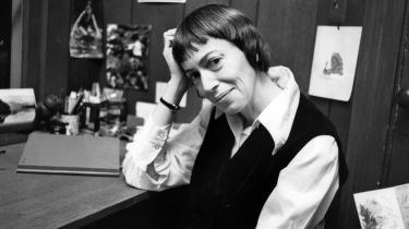Ursula K. Le Guin, prisvindende science fiction og fantasy-forfatter, der har udforsket feministiske temaer og var bedst kendt for sine 'Earthsea'-bøger, er død. Hun sov stille ind i sit hjem i Portland i mandags.