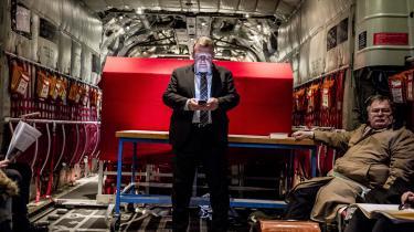 Med det nye forsvarsforlig øges fokus på truslen fra Rusland. For nylig gæstede statsminister Lars Løkke Rasmussen og forsvarsminister Claus Hjort Frederiksen de danske soldater i Baltikum. Her ses de i undervejs i et af Forsvarets Herkules-fly.