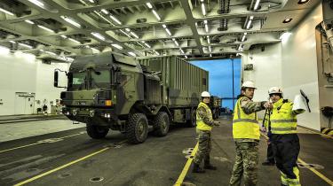 Forsvaret får med det nye forsvarsforlig 'et vink med en vognstang' om, at det skal stramme op på kontrollen med underleverandører af materiel. Her lastes vogne og materiel, som de danske soldater udstationeret i Estland skal bruge.