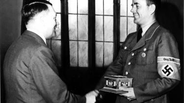 Albert Speer modtager udmærkelse fra Hitler i Berlin i 1943. Bogen gennemhuller de mange myter om Speer, som den moderate nazist, der ikke vidste, hvad der foregik. Myter Speer omhyggeligt opbyggede under Nünbergprocessen og sit efterfølgende fængselsophold.