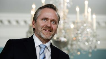 På samråd onsdag kaldte udenrigsminister Anders Samuelsen (LA) mistankerne om, at han skulle ligge under for israelsk pres for »en venstreorienteret konspirationsteoretisk tilgang«.