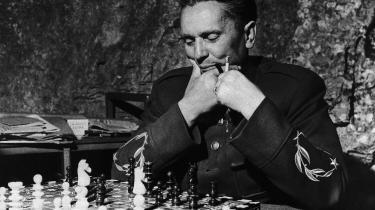 Tito spiller et spil skak efter middagsmaden i sin klippehule på kroatiske Vis i 1944.