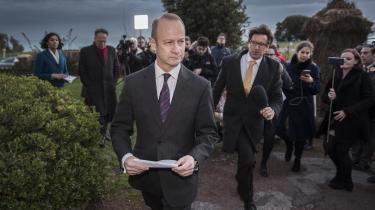 UKIPs leder Henry Bolton er i disse uger ved at blive afsat af partiets eksekutivkomité, efter at hans kæreste, den 25-årige glamourmodel Jo Marney, havde sendt racistiske sms-beskeder til en veninde om Meghan Markle, der er prins Harrys forlovede. Derudover har partiet store problemer med at finde sit ståsted efter Brexit.