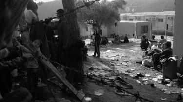 Bogens første del udspiller sig her i den mareridtsagtige flygtningelejr Moria på Lesbos, hvor de ansvarlige brutalt søger at skabe orden i et kaos af desperate, anråbende, udmattede mennesker uden mad og drikkevand.
