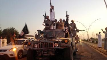 Islamisk Stat-krigere rykker ind i Mosul i juni 2014. I de første dage i juni blev de nye krigere generelt modtaget godt i Mosul. I modsætning til den brutale og korrupte irakiske hær var de høflige.