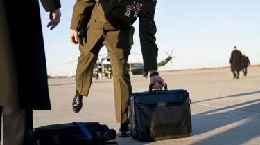 En militærmsnd med den taske, som følger den amerikanske præsident uanset hvor hanbefinder sig, og som bruges til at aktivere et atomangreb. Med USA's nye atomvåbenstrategi åbner Donald Trump for mindre og mere fleksibel atomangreb. Det kan føre til nyt våbenkaplæb, advarer eksperter.