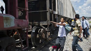 The Beast, også kendt som La Bestia, er et godstog som forbinder Mexicos sydlige og nordlige del. Jeg stiftede for første gang kendskab med dette udyr, da jeg i mine teenageår så honduranske Sayra hoppe på toget i Cary Fukunagas film Sin Nombre, skriver dagens kronikør.