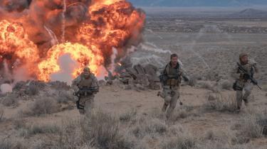 Det danske instruktør- og filmfotografpar rammer krigsfilmgenren helt rent med mange stort orkestrerede, blodige sammenstød mellem de gode og de onde i '12 Strong'.