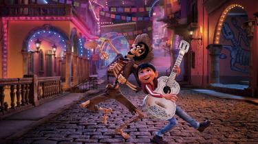 De Dødes Rige er en fest af farver, og lille Miguel får hjælp til at udleve sin drøm om at blive musiker af den mystiske Héctor i Pixars smukke 'Coco'.