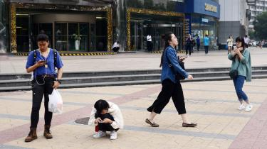 Seksuelle krænkelser er et omfattende problem i Kina. En større undersøgelse fra 2015 viste, at 80 procent af de adspurgte kvinder havde oplevet seksuelle krænkelser, men kun halvdelen havde fortalt om deres oplevelser.