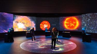 Udstillingen 'Made in Space' handler om, hvor vi alle sammen kommer fra. Om kroppens byggesten – atomerne – der kommer fra rummet. Og den tager de besøgende med på en kosmisk rejse derhen.