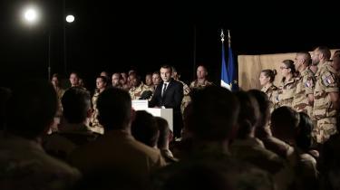 Danmark har på grund af forsvarsforbeholdet ikke kunnet deltage i fredsskabende EU-operationer i for eksempel Niger. Her besøger Frankrigs præsident Macron udsendte soldater i netop Niger.