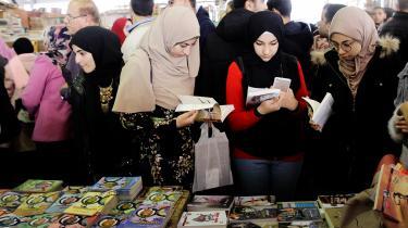 På bogmesse i Kairo er det de færreste, der vil udtale sig om det egyptiske styre. Det er på trods af, at landets præsident i stigende grad fremstår som en autoritær og enerådig leder, der slår hårdt ned på sine politiske modstandere.