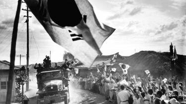Nogle af de første amerikanske kampstyrker ankommer til Musan i krigens første måneder og hilses velkommen langs vejen.