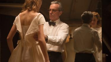 Alma (Vicky Krieps) bliver modeskaberen Reynolds Woodcocks (Daniel Day-Lewis) muse og elskerinde, men sætter sig også på tværs i hans velordnede, traditionsrigeunivers.