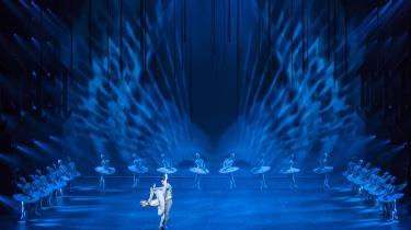 Scenerne med de hvide svaner er de smukkeste i Nikolaj Hübbes iscenesættelse af Svanesøen. Her med Holly Jean Dorger som svaneprinsessen og Ulrik Birkkjær som svaneprinsen.