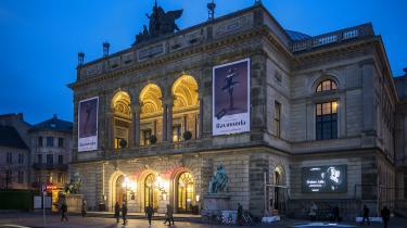 I stedet for at prale med pumpede besøgstal, der tæller både andre teatres forestillinger og erhvervsarrangementer, skulle Det Kongelige Teater hellere være stolt af sin kunstneriske aktivitet