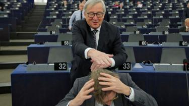 EU-parlamentet kæmper for at bevare sin nyvundne ret til at vælge Jean-Claude Junckers afløser som EU-Kommissionsformand næste år, i stedet for at statsledere som førhen skal finde et kompromis bag lukkede døre. Tilhængere kalder det en kamp for demokrati over for lokumsaftaler. Kritikere kalder det en skinproces